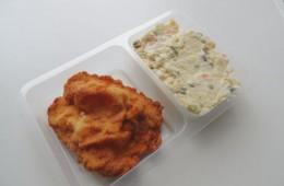 Smažený kuřecí řízek, bramborový salát