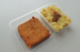 Smažený sýr se šunkou, šťouchané brambory s cibulkou